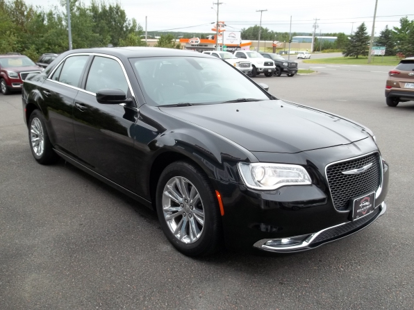 2019 Chrysler 300 Photo 2