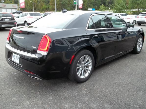 2019 Chrysler 300 Photo 3